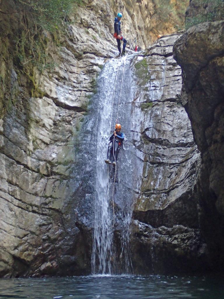Deux personnes descendent en rappel lors d'un canyoning vers Nice.