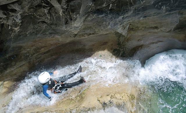 Un participant du canyon de Cramassouri dans un toboggan naturel.