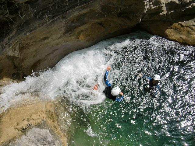 Des participants du canyoning de Cramassouri dans une vasque d'eau.