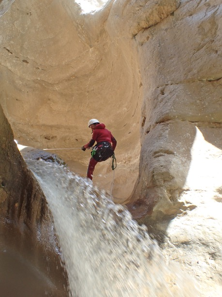 Descente en rappel pendant le canyoning de Riolan.
