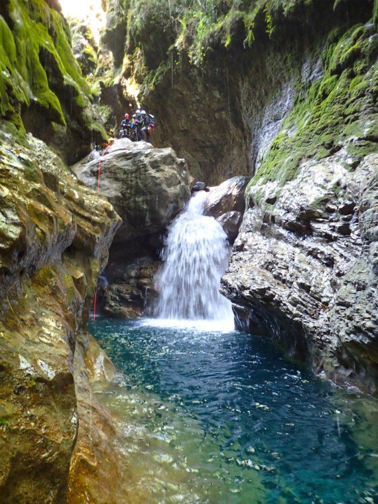 Passage en rappel lors d'un canyoning dans les Alpes-Maritimes.