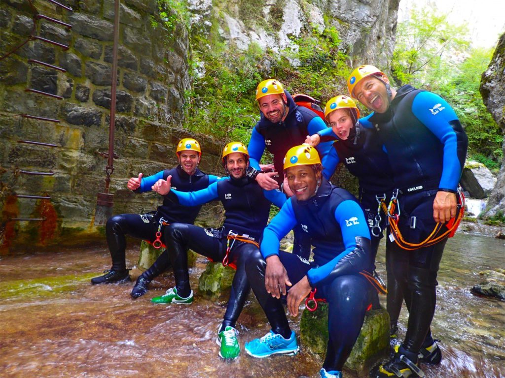 Photo d'un groupe de canyoning ravi de son expérience.