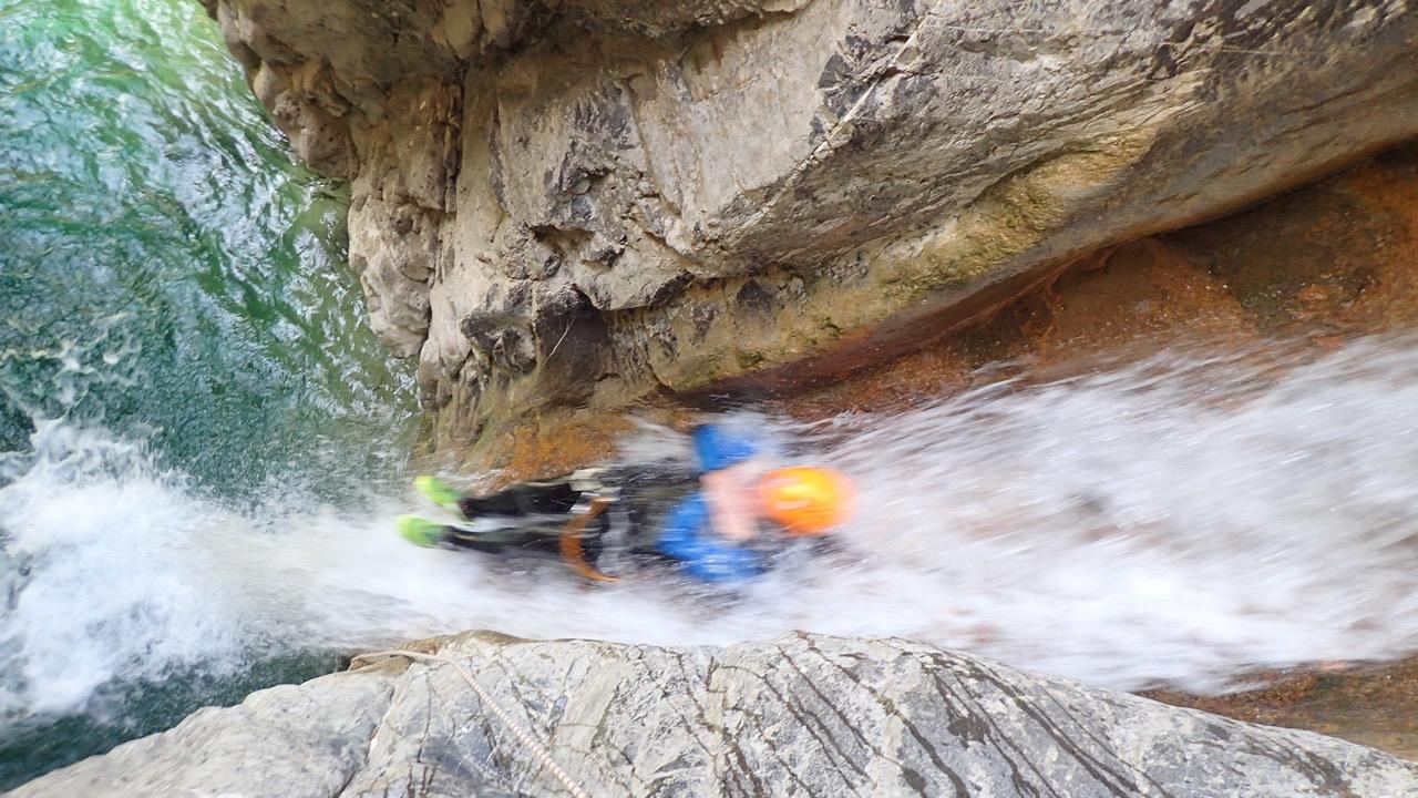 Un canyoneur dans un toboggan