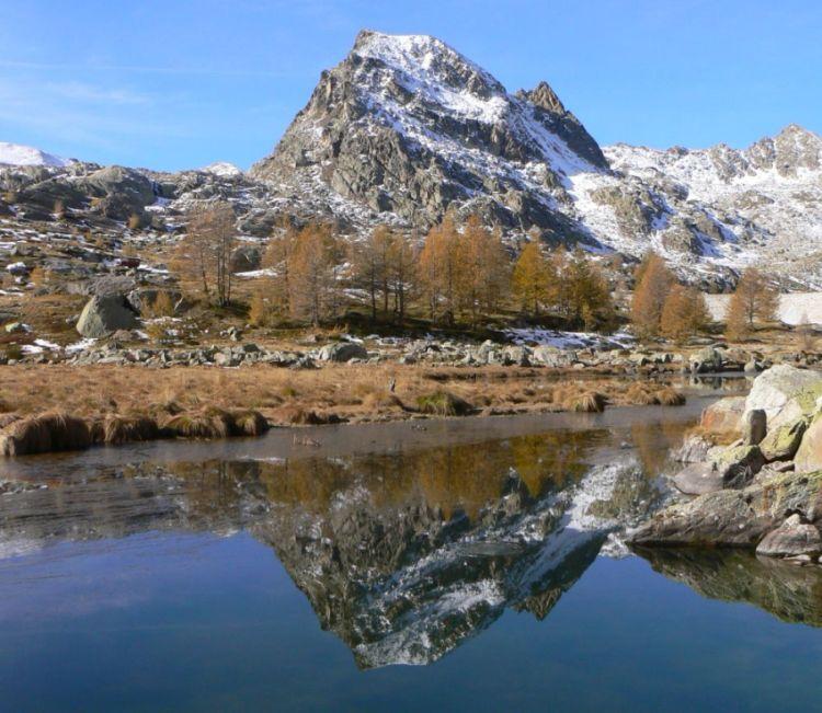 Paysage de montagne lors d'une randonnée dans les Alpes-Maritimes avec le Bureau des moniteurs.