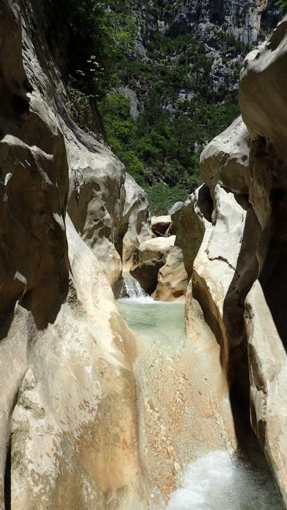 Paysage d'un canyoning dans la région de Nice.