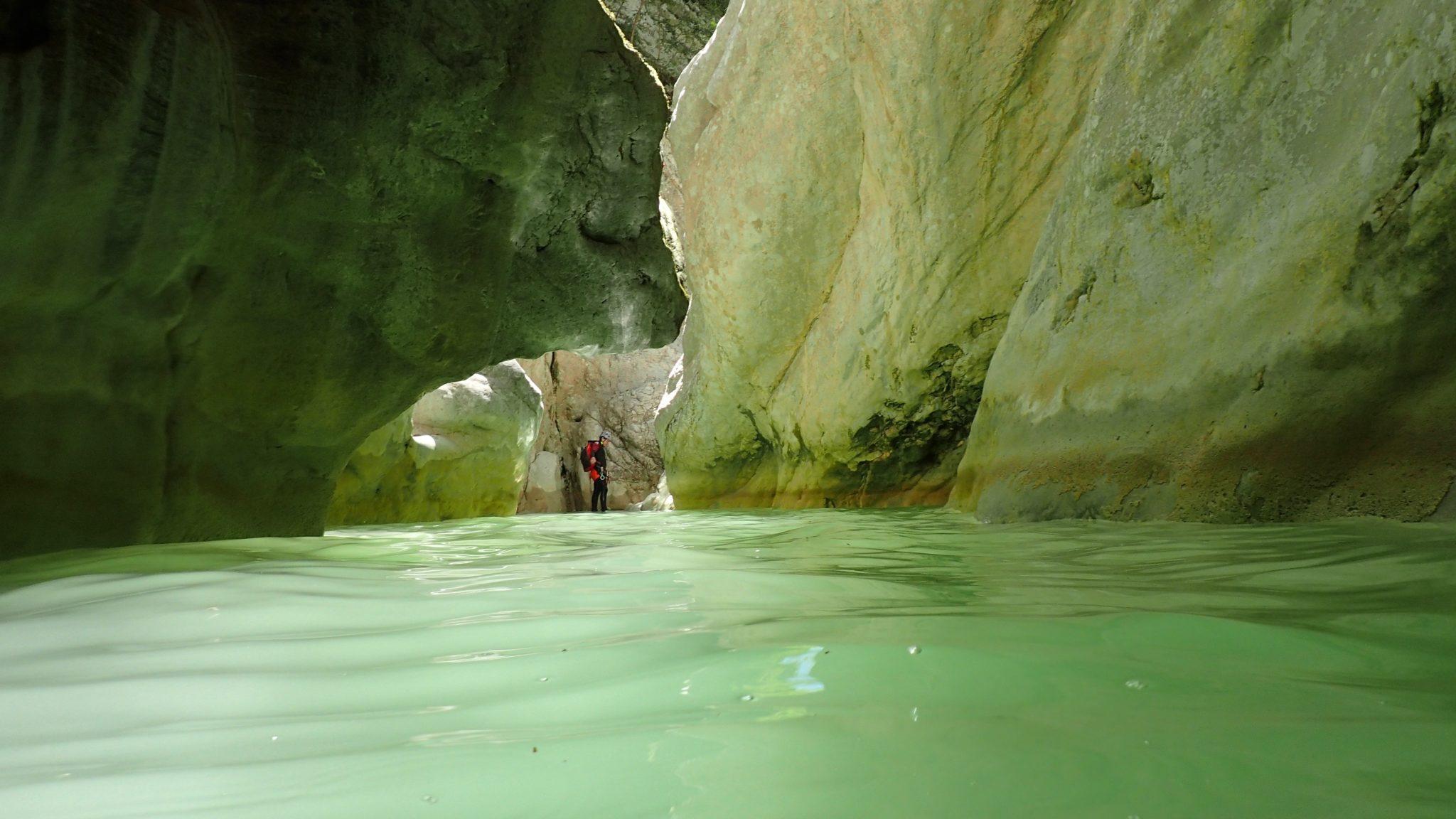 Un bassin d'eau naturelle au cours d'un canyoning à Nice.