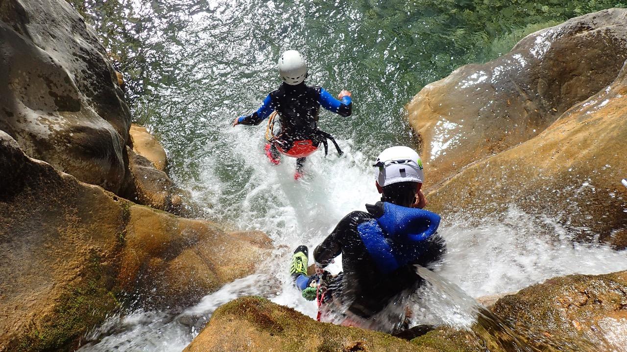 Deux canyoneurs lors de la descente d'un toboggan.