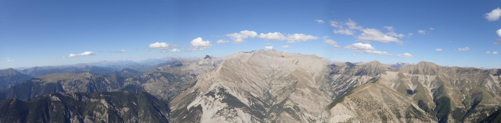 Vue sur les montagnes des Alpes-Maritimes pendant une randonnée.