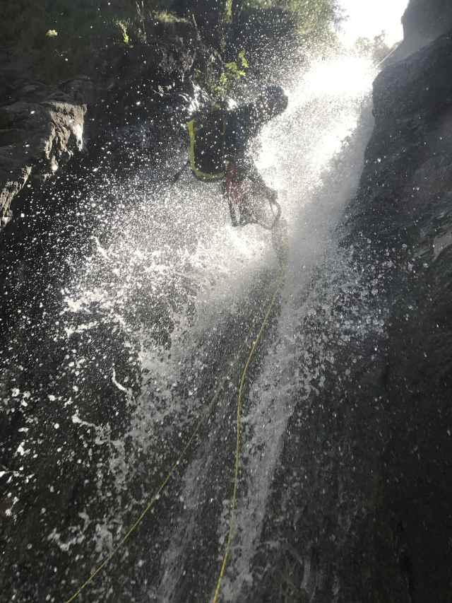 Descente pendant un canyoning.
