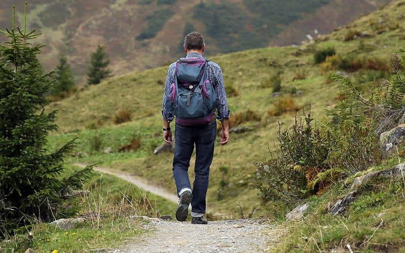 Homme s'éloignant en randonnée sur un chemin