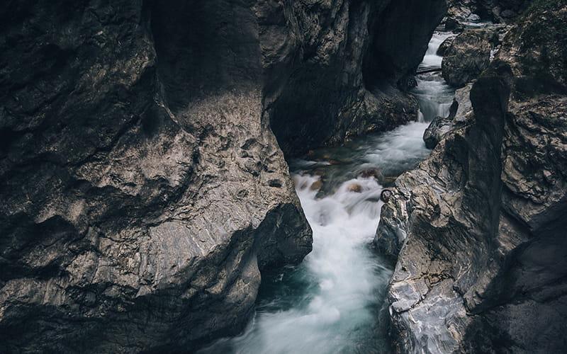Canyon et rivière avec du courant
