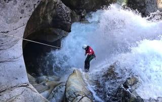 Personne en rappel dans une cascade de canyoning