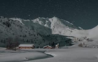 Village de montagne enneigé.