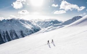 Deux hommes qui font une randonnée à la neige.
