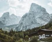 Maison de village au pied d'une montagne.