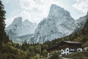 Vue d'une maison de village et montagne.