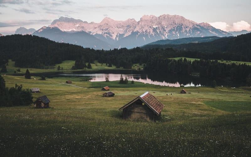 Vue d'une maison perdue dans la montagne.