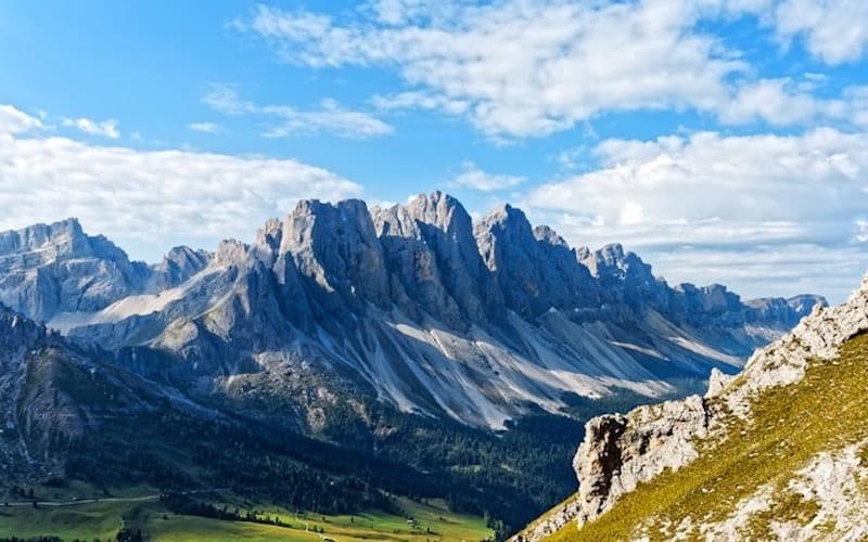 Photo plan large d'une montagne.