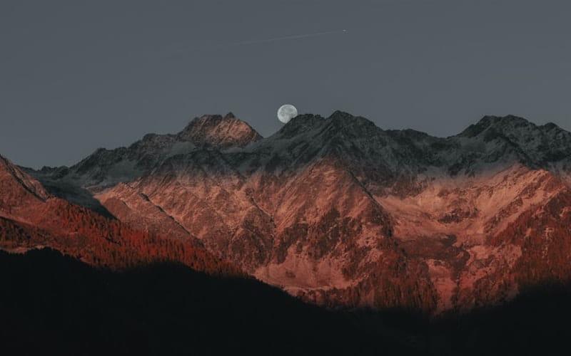 Vue d'une montagne au coucher de soleil.